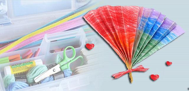 """החומרים: נייר עטיפה צבעוני (על מנת להשטיח את הנייר כדאי לפרוש אותו ולהניח עליו ספרים כבדים בשני הקצוות למשך מספר שעות). לחתוך את נייר העטיפה לרצועות באורך 70 ס""""מ […]"""
