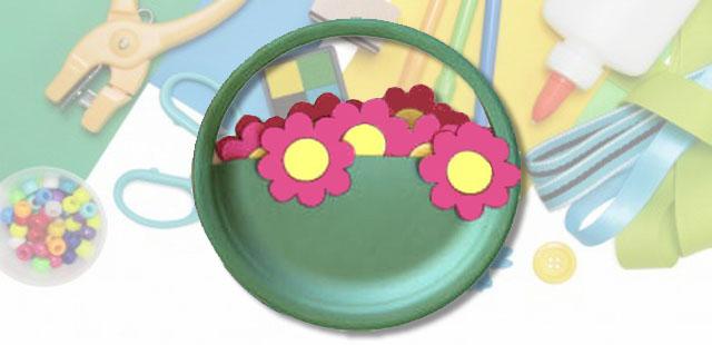 החומרים: מדפסת נייר הדפסה מספריים צלחת נייר צבעי מים/גואש מכחול פיסת קרטון (קופסת דגנים ריקה)   אופן ההכנה:  להדפיס את תבנית הפרחים ב-3-2 עותקים. לגזור את הפרחים […]