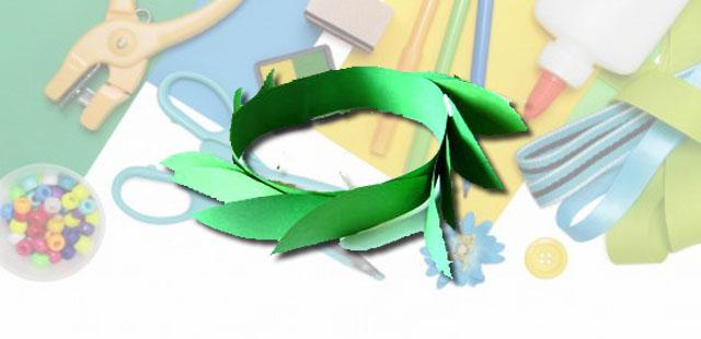 """החומרים: בריסטול ירוק מספריים דבק מהדק סיכות   אופן ההכנה:  לגזור את הבריסטול לרצועה ברוחב של כ-4 ס""""מ. לשים את הרצועה על הראש ולגזור לפי המידה. […]"""