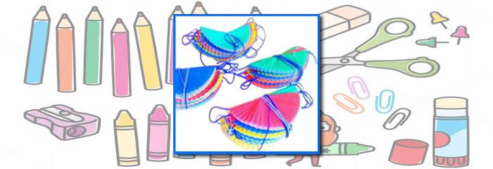 החומרים: 1 חבילה של מנג'טים (עטרות) צבעוניים חוטי צמר דבק   אופן ההכנה: לקפל כל מנג'ט לשני חלקים ולהניח אותם לזמן מה מתחת לערימת ספרים (או חפץ כבד אחר). […]