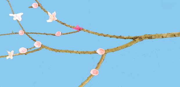 החומרים: ענף עץ ניירות טישו בצבעים ורוד ואדום או פלסטלינה בצבעים ורוד ואדום בשימוש בניירות טישו: מספריים דבק מכחול   אופן ההכנה: 1. ענף בצורת עץ. 2.לגזור […]