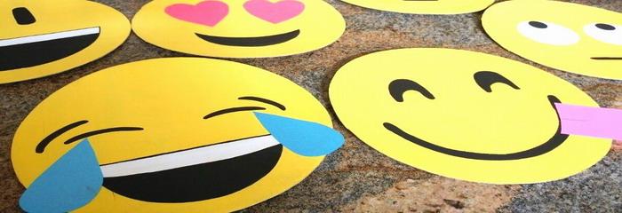 החומרים צלחות נייר צהובות או צלחות נייר לבנות, צבע אקרילי צהוב ומברשות דבק בריסטולים בצבעים אדום, כחול, שחור ולבן מספריים מדפסת ונייר הדפסה להכנת מסכת אימוג'י: דבק או סלוטייפ […]